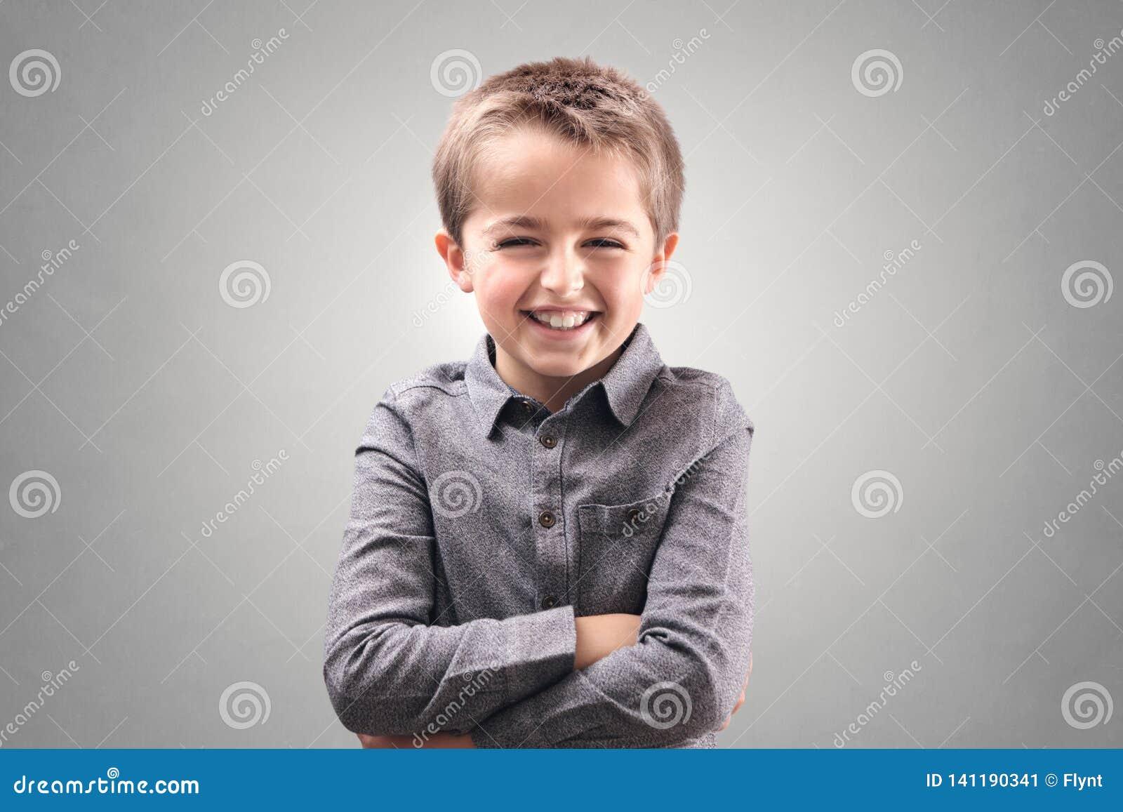 αγόρι που χαμογελά και που γελά
