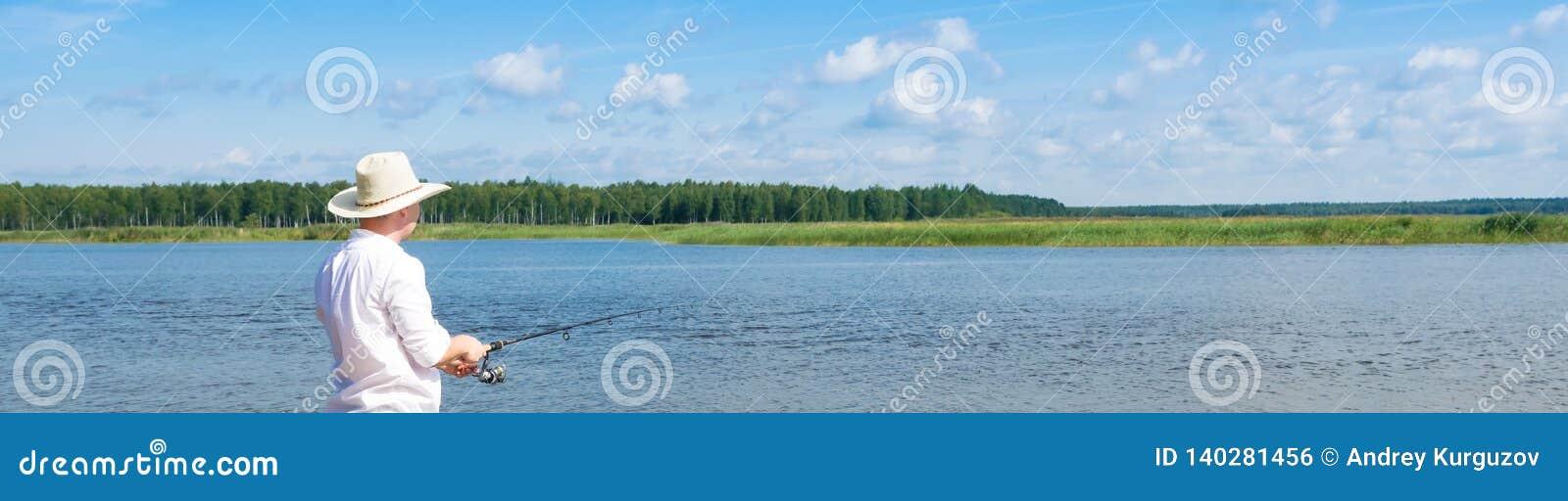 Αλιεύοντας σε μια περιστροφή σε μια πληρωμένη δεξαμενή, μακριά φωτογραφία