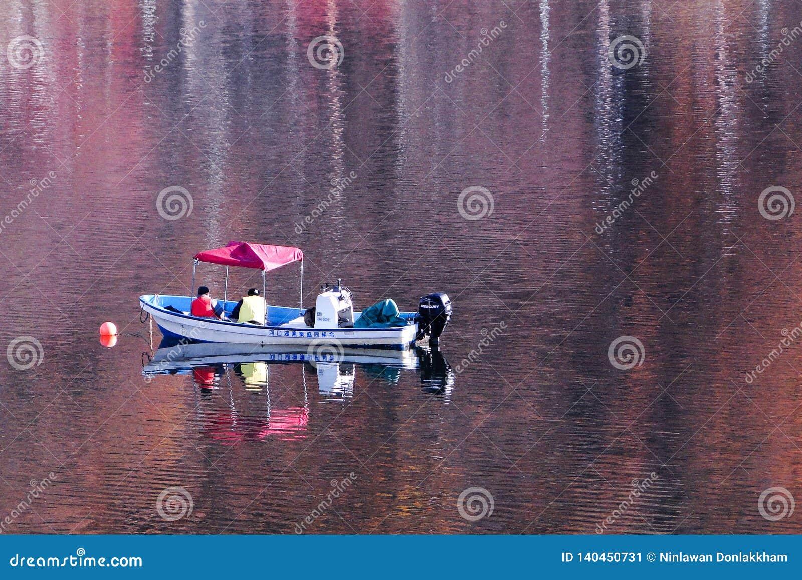 Αλιευτικό σκάφος στη λίμνη φθινοπώρου