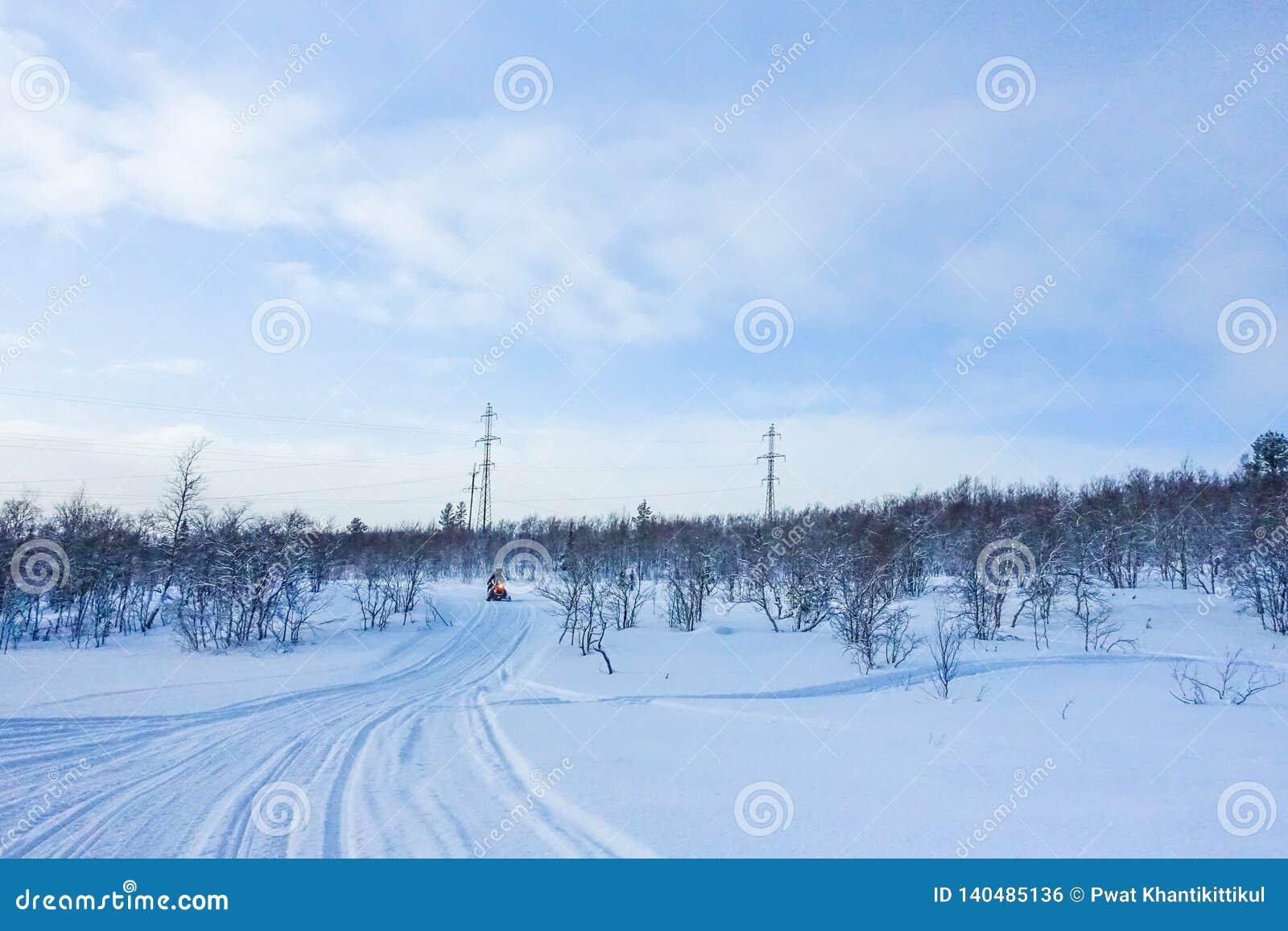 Αναβάτης στο όχημα για το χιόνι στο χιονοδρομικό κέντρο βουνών σε Amut Ρωσία