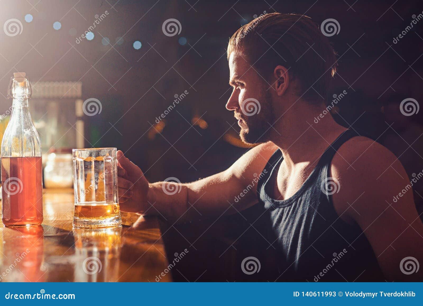 Αναζωογονώντας μπύρα που πίνει αυτή τη στιγμή Εθισμός οινοπνεύματος και κακή συνήθεια Πότης ατόμων στο μπαρ Το όμορφο άτομο πίνει