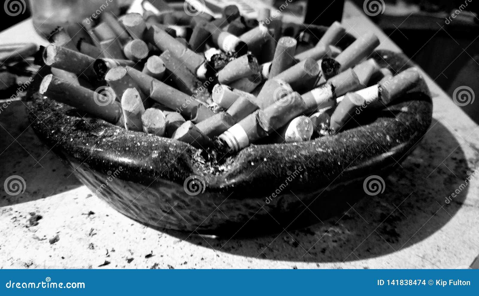 Αναδρομικό ashtray σύνολο των ακρών τσιγάρων