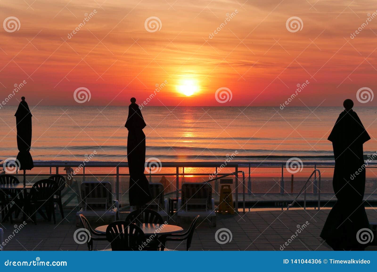 Ανατολή πέρα από τον ωκεανό στην παραλία της Φλώριδας