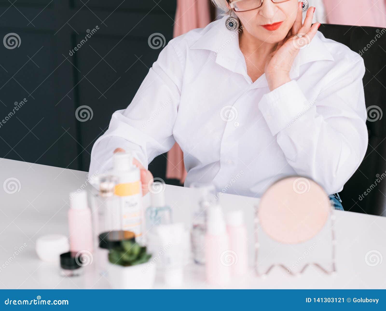 Ανώτερη γυναίκα λιανοπωλητών προϊόντων φροντίδας δέρματος blogger