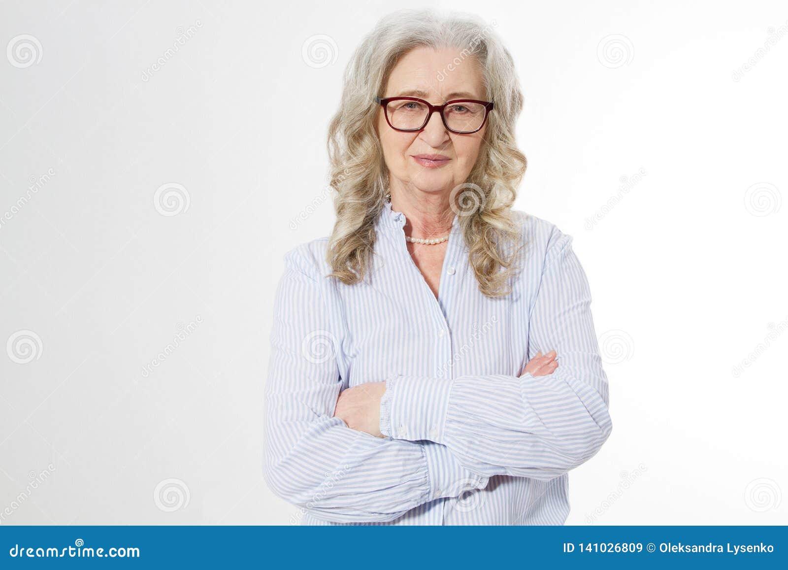 Ανώτερη επιχειρησιακή γυναίκα με τα μοντέρνα γυαλιά και το πρόσωπο ρυτίδων που απομονώνεται στο άσπρο υπόβαθρο Ώριμη υγιής κυρία