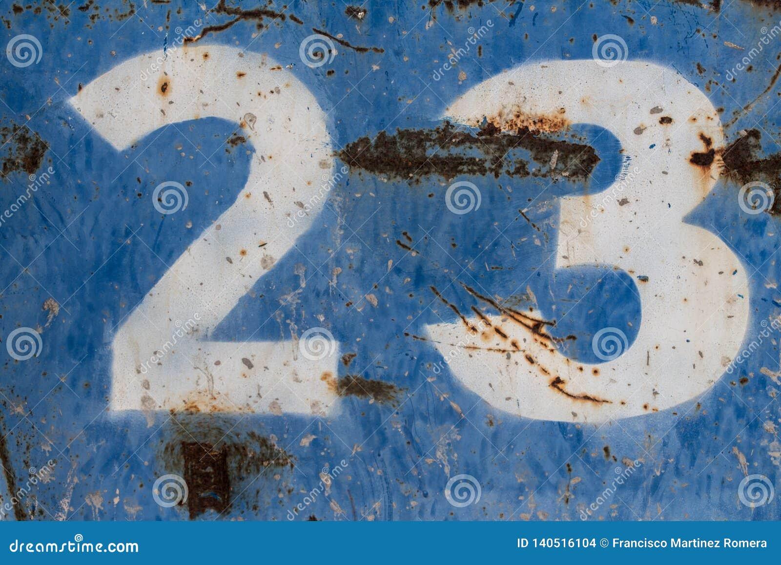 Αριθμός είκοσι τρία που χρωματίζεται στο σκουριασμένο μπλε μέταλλο