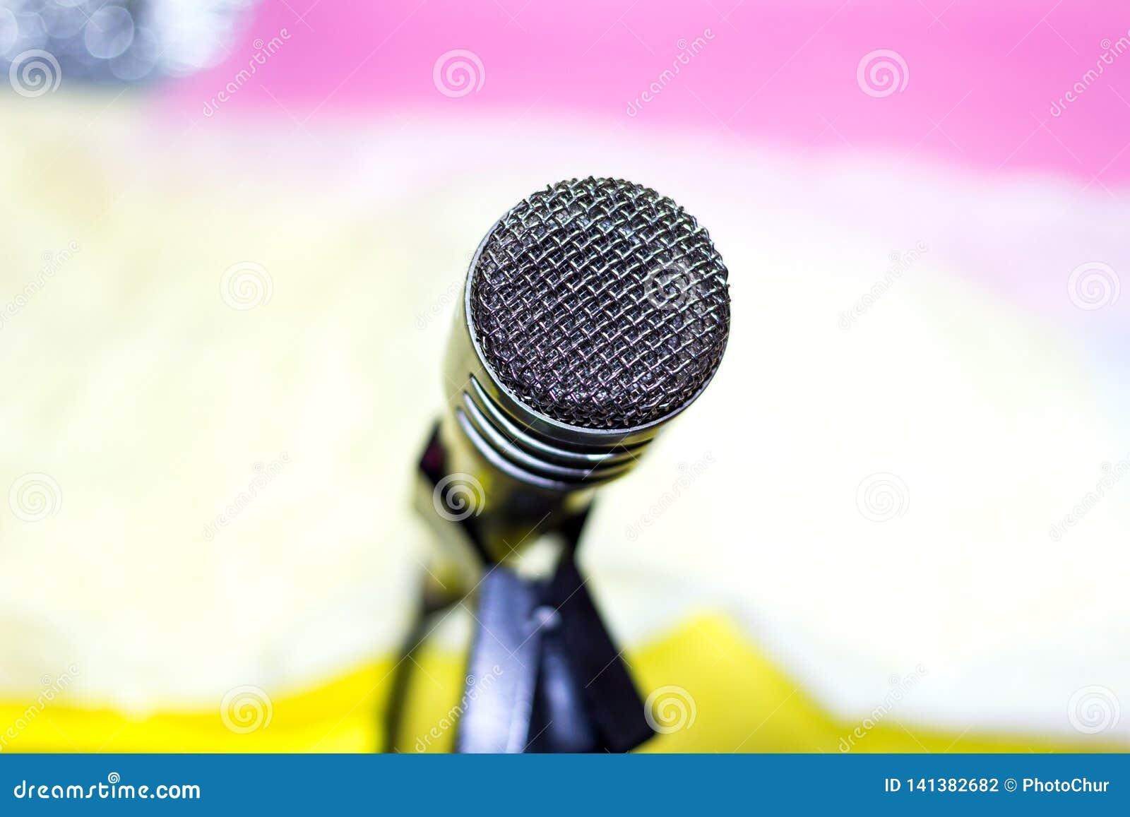Ασημένιο μικρόφωνο στην κινηματογράφηση σε πρώτο πλάνο ραφιών