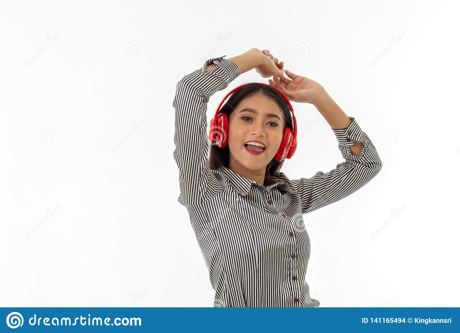 Ασιατική νέα κυρία που φορά τα κόκκινα ακουστικά
