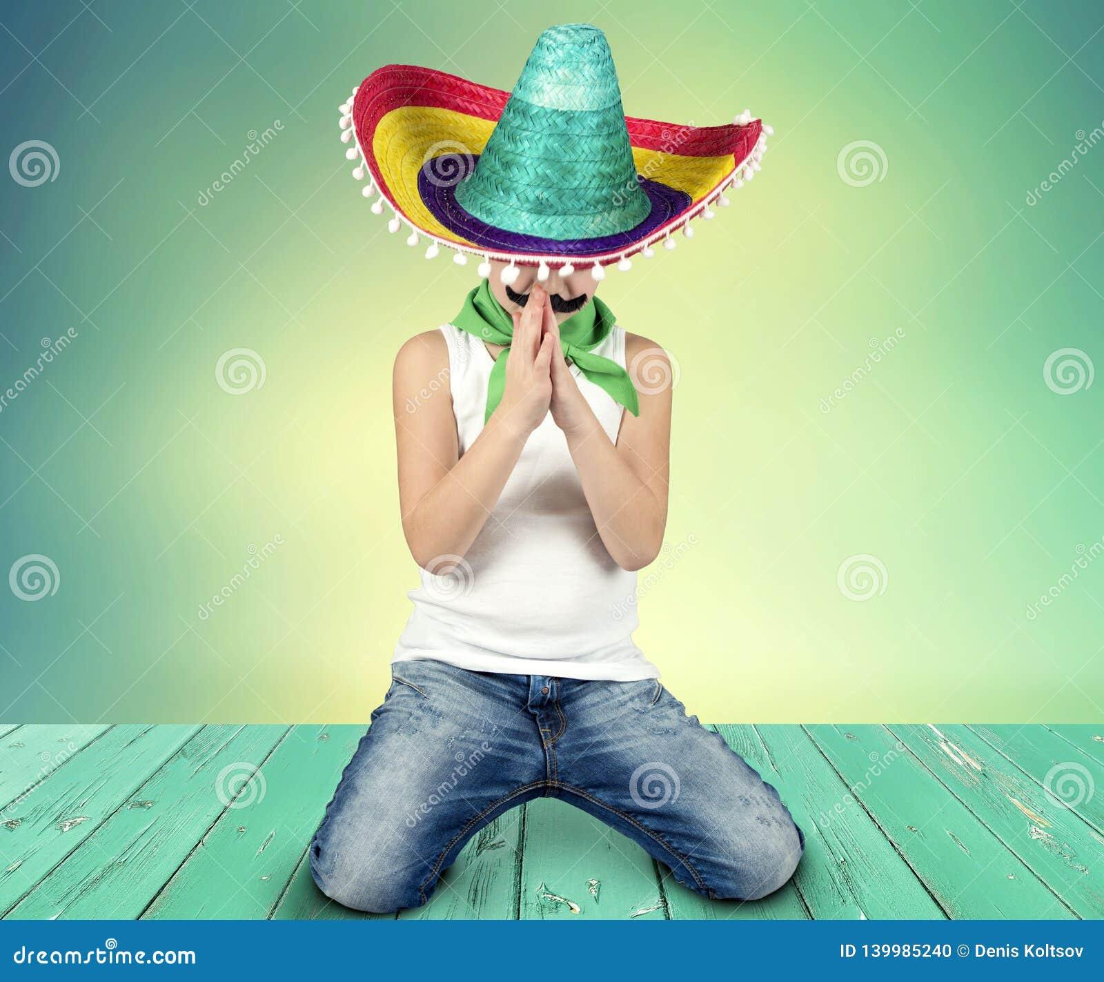 Αστείο αγόρι με ένα πλαστό mustache και στο μεξικάνικο σομπρέρο