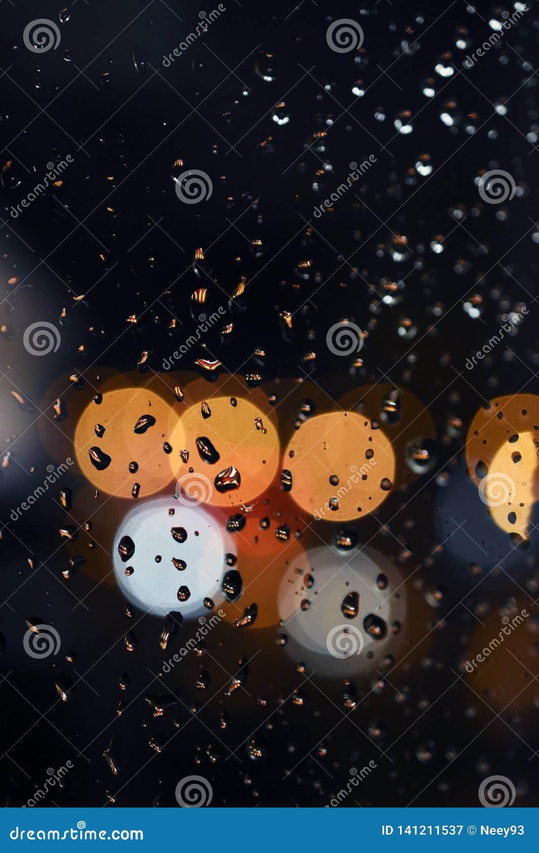 Αφηρημένο υπόβαθρο με το bokeh - σταγόνες βροχής στο παράθυρο, νυχτερινός ουρανός