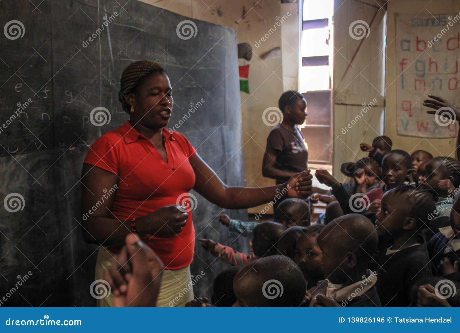 Αφρικανικός εθελοντικός δάσκαλος στο φτωχότερο σχολείο σε Kibera