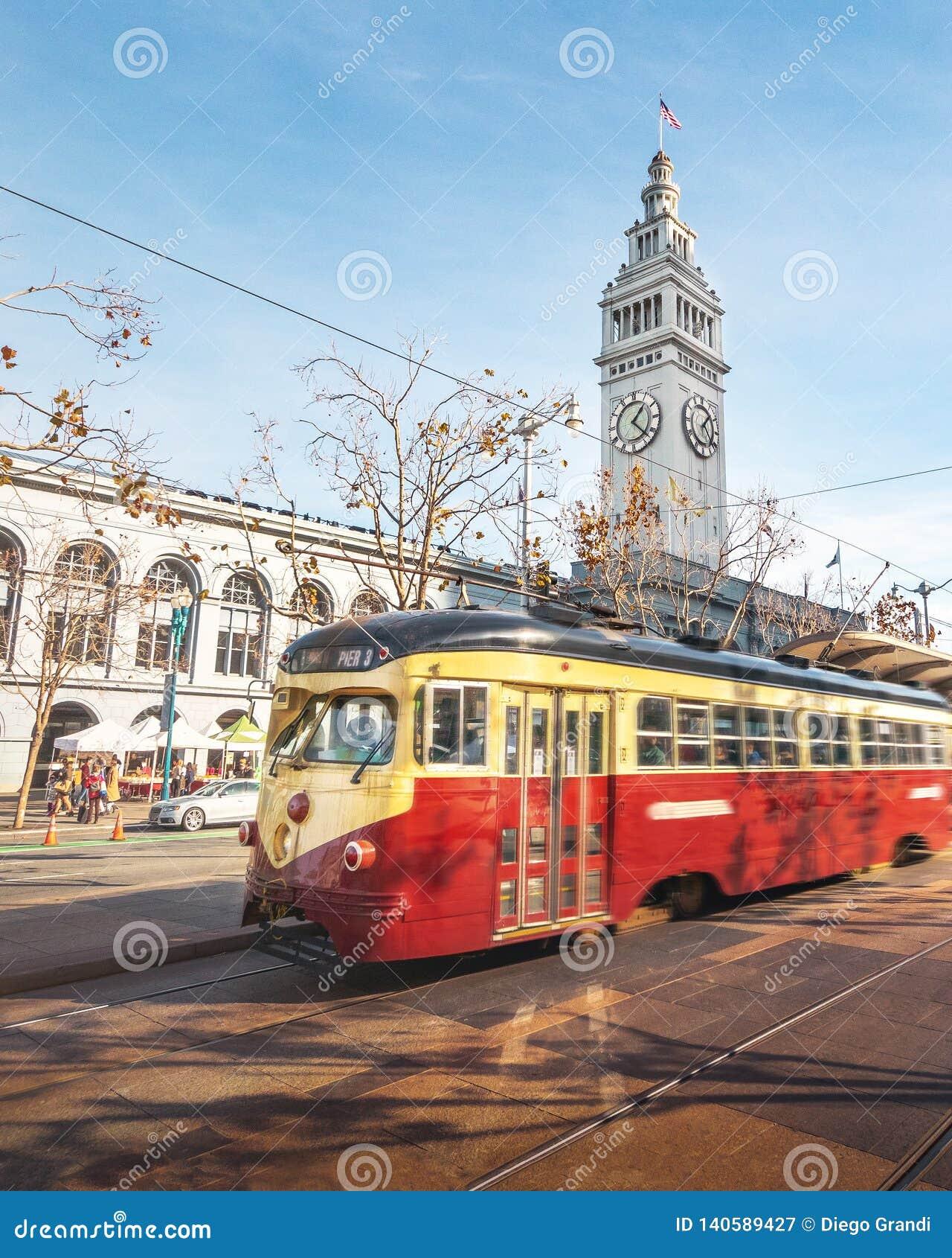 Αυτοκίνητο οδών ή trollley ή τραμ muni μπροστά από το κτήριο πορθμείων του Σαν Φρανσίσκο σε Embarcadero - το Σαν Φρανσίσκο, Καλιφ