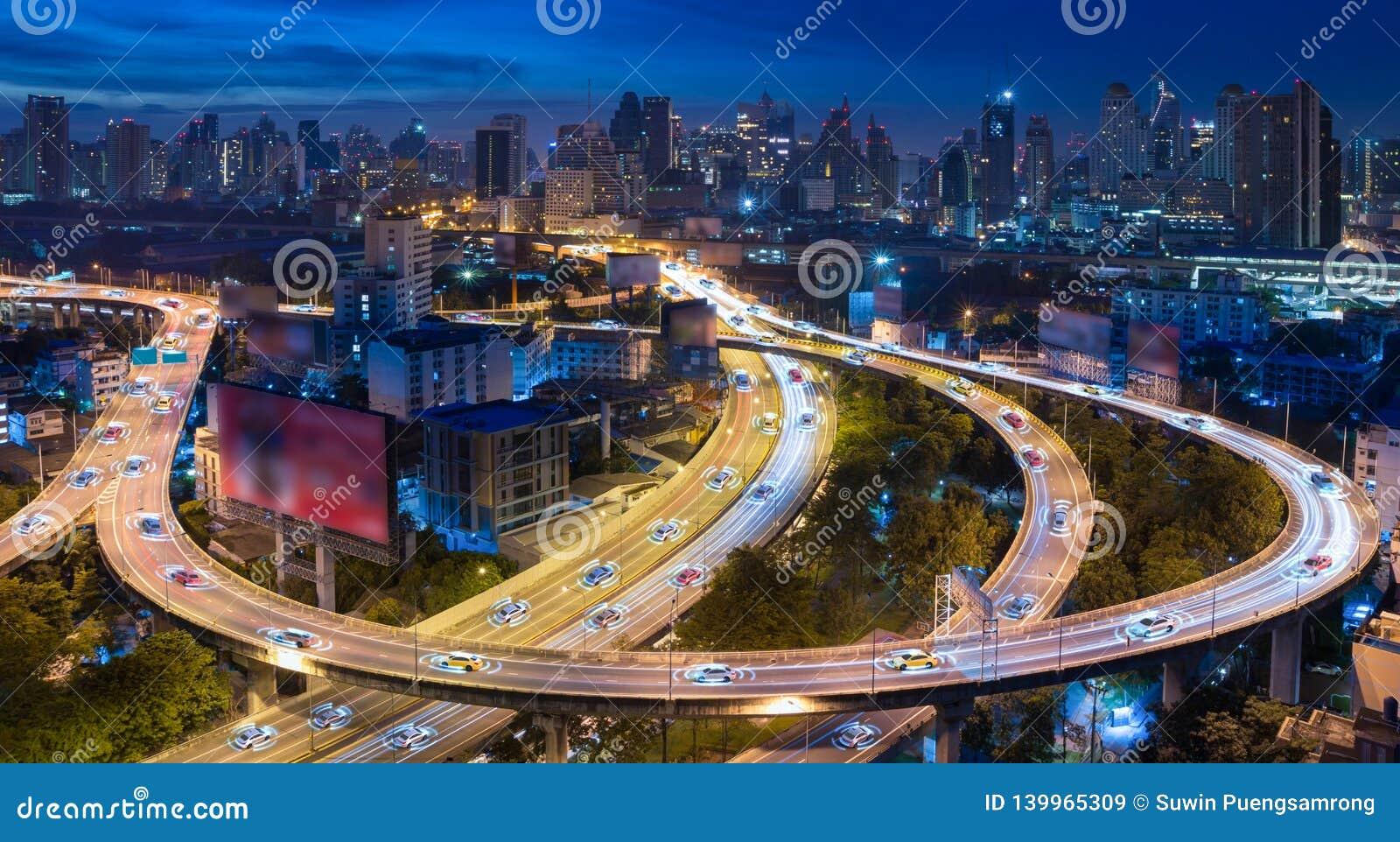 Αυτόνομα αυτοκίνητα με την αυτόματη οδήγηση αισθητήρων στην πόλη με την ασύρματη σύνδεση