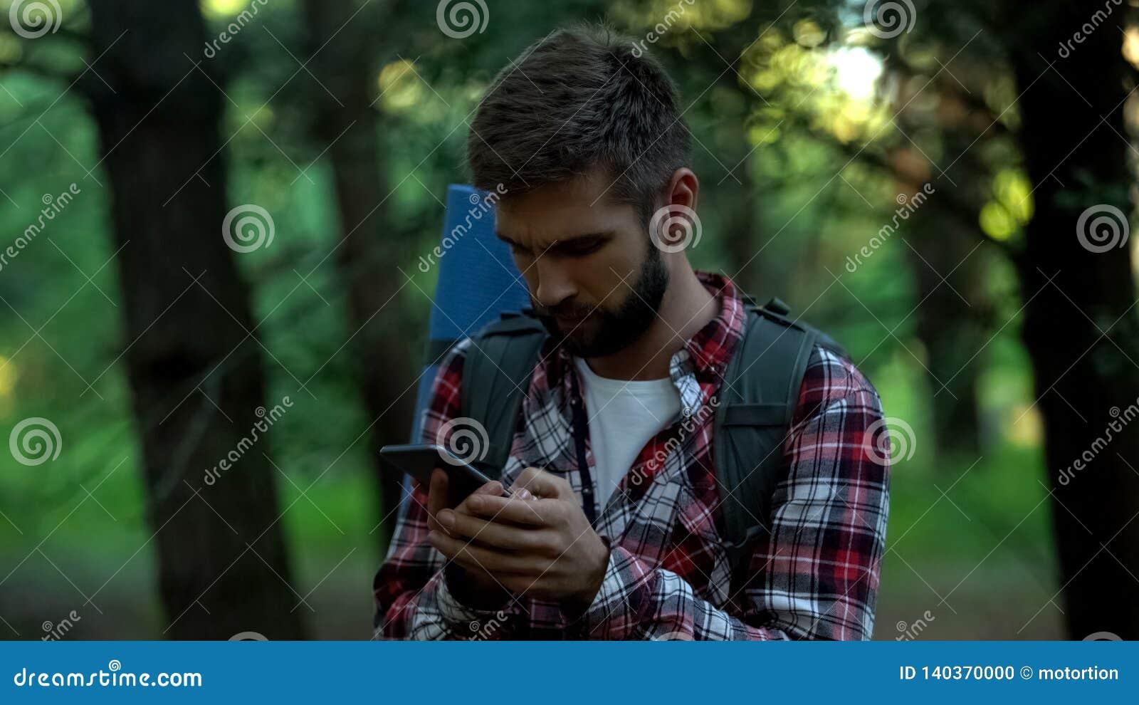 Αποπροσανατολισμένο τροχόσπιτο που ψάχνει για το χάρτη στο smartphone, και