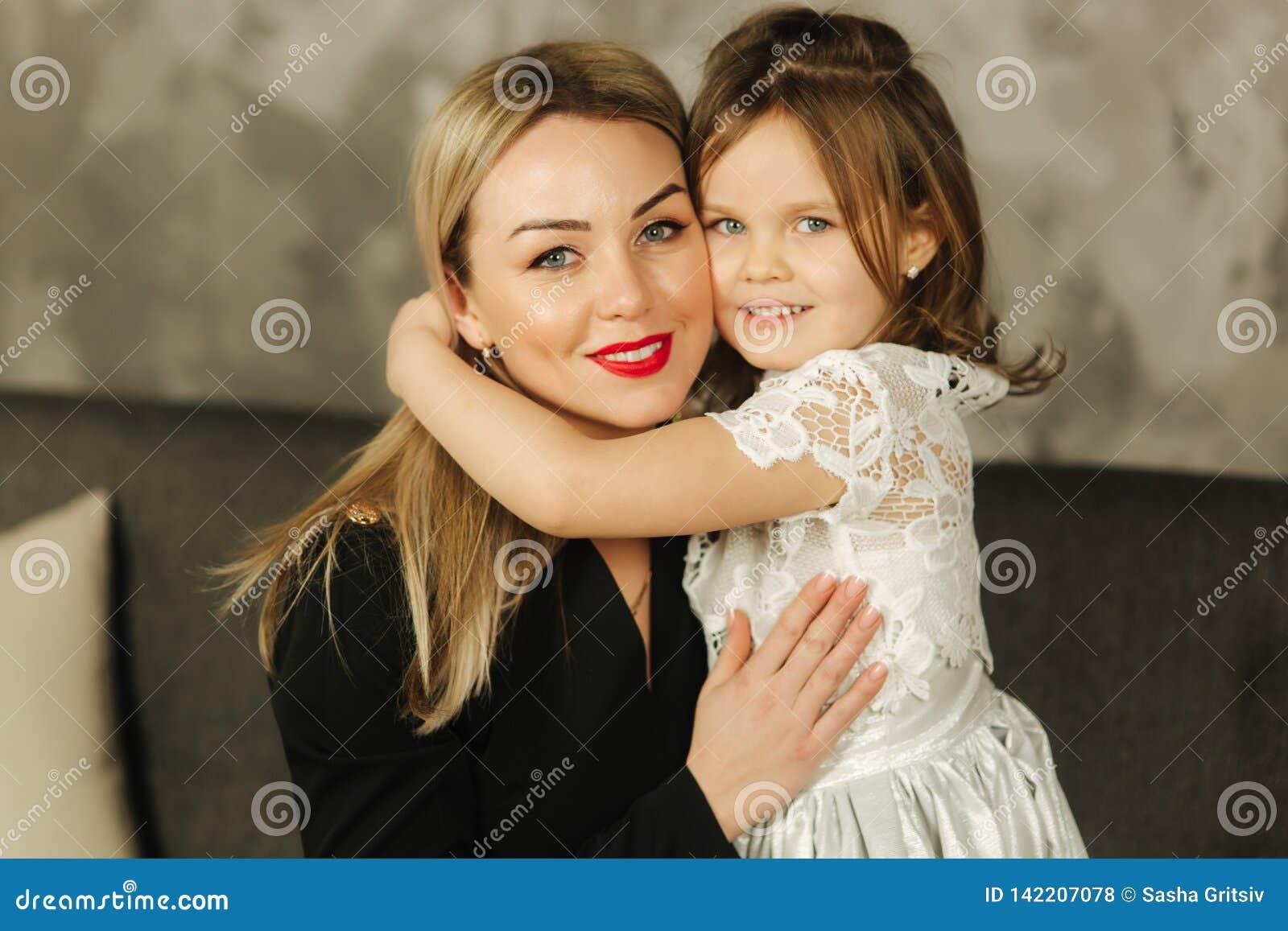 βασική μητέρα κορών Όμορφο μικρό κορίτσι και κομψό mom