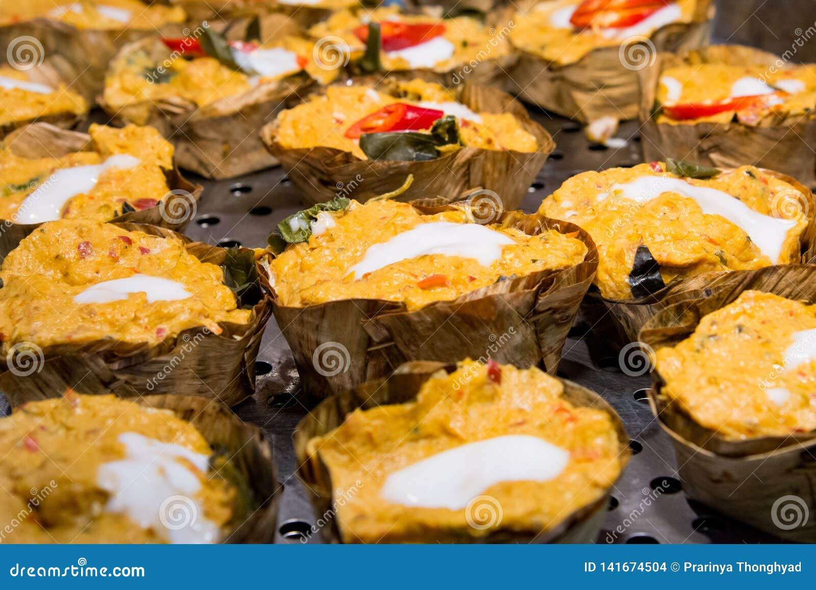 Βρασμένα στον ατμό ψάρια με την κόλλα κάρρυ, ταϊλανδικά τρόφιμα, θαλασσινά ατμού με την κόλλα κάρρυ