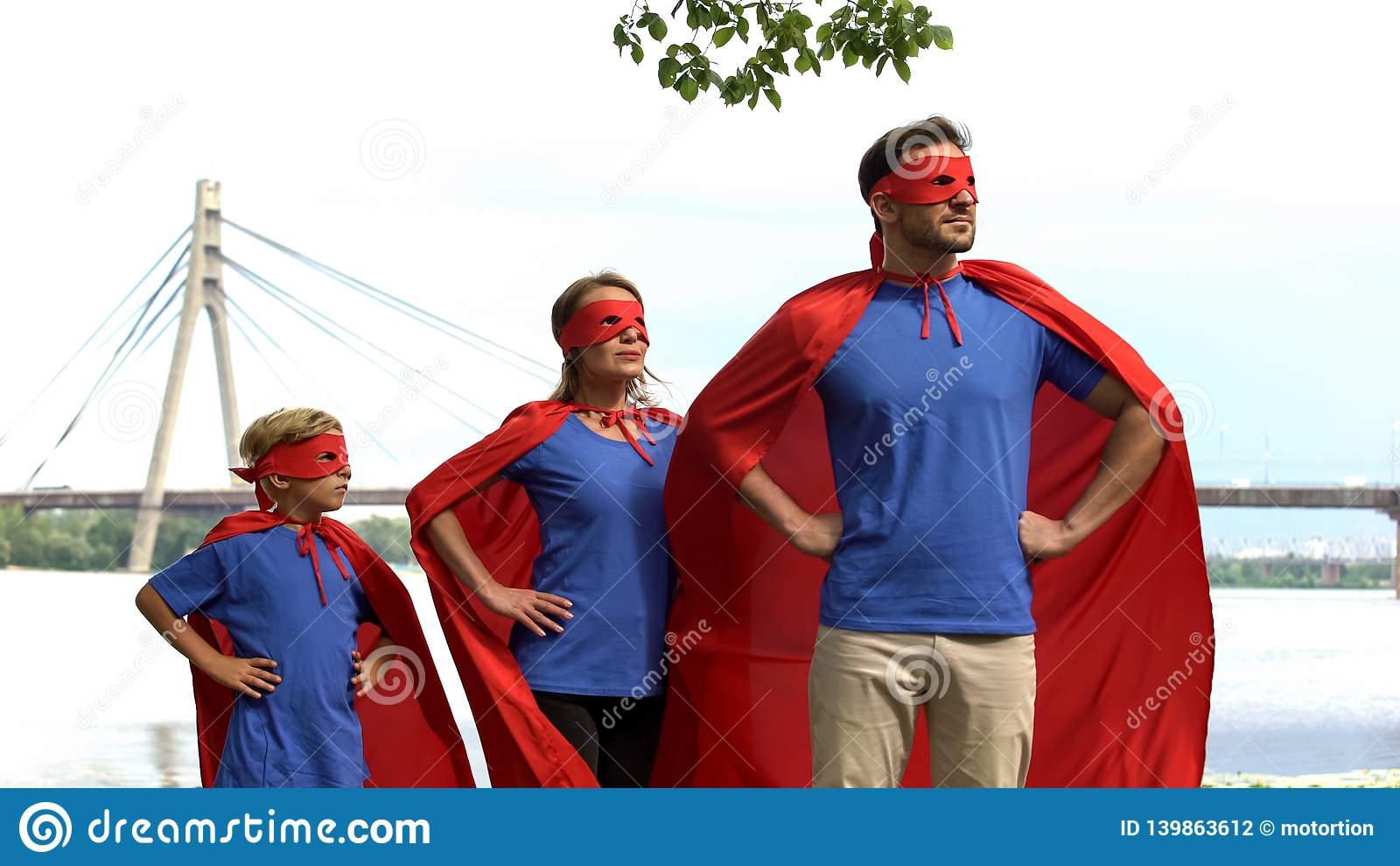 Γενναία ασφάλεια οικογενειακής προσοχής superhero της πόλης, ισχυρή ομάδα που πηγαίνει στη νίκη