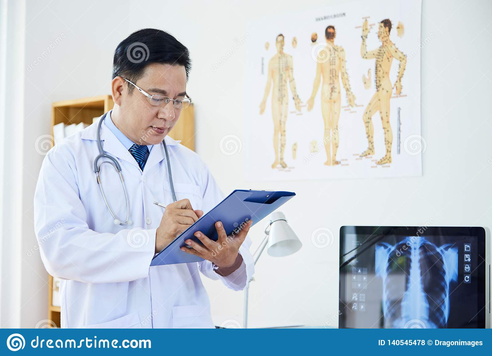 Γιατρός που εργάζεται στη νευρολογία