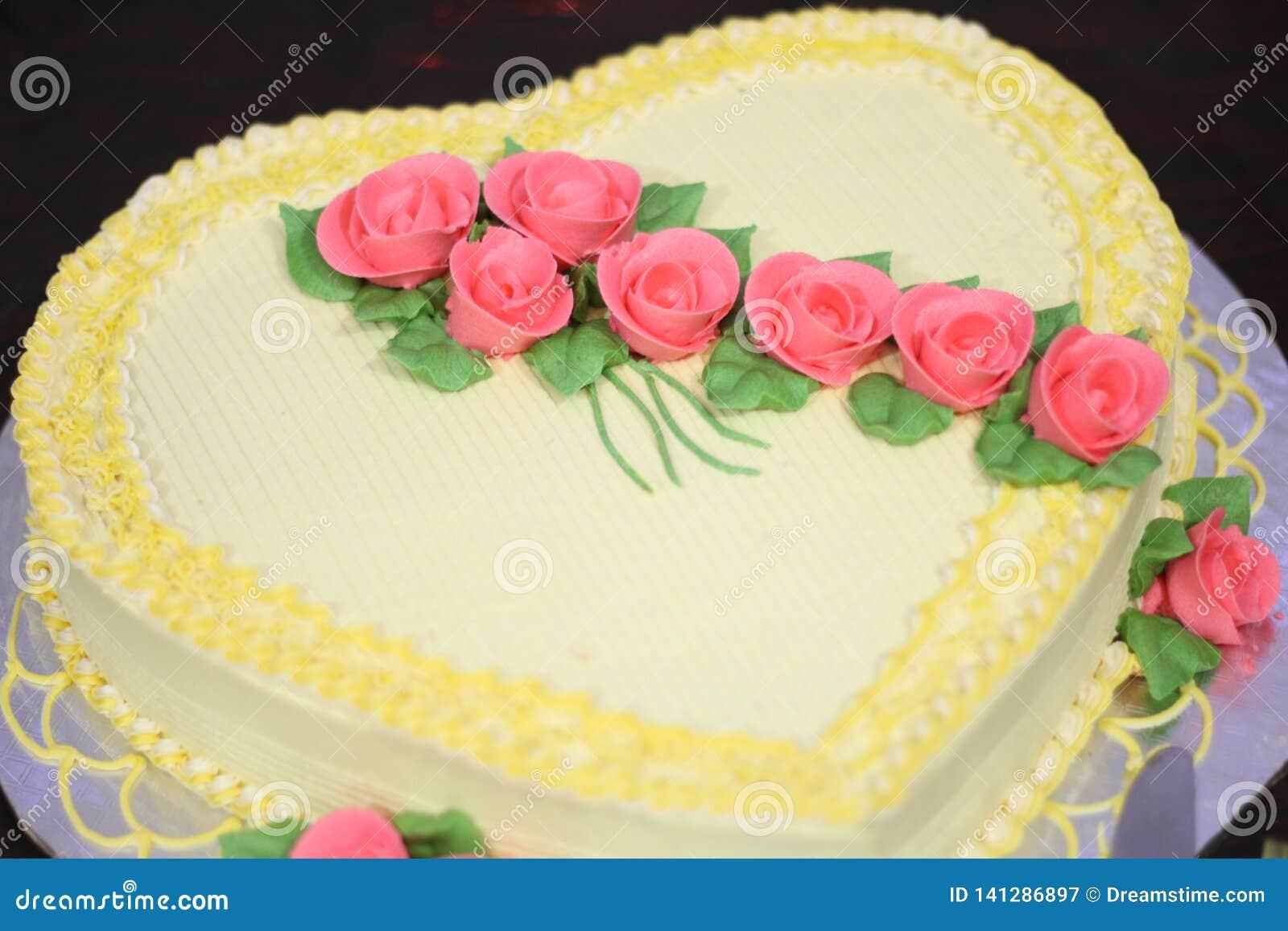 Γλυκό κέικ που διακοσμείται με τα ροδαλά λουλούδια