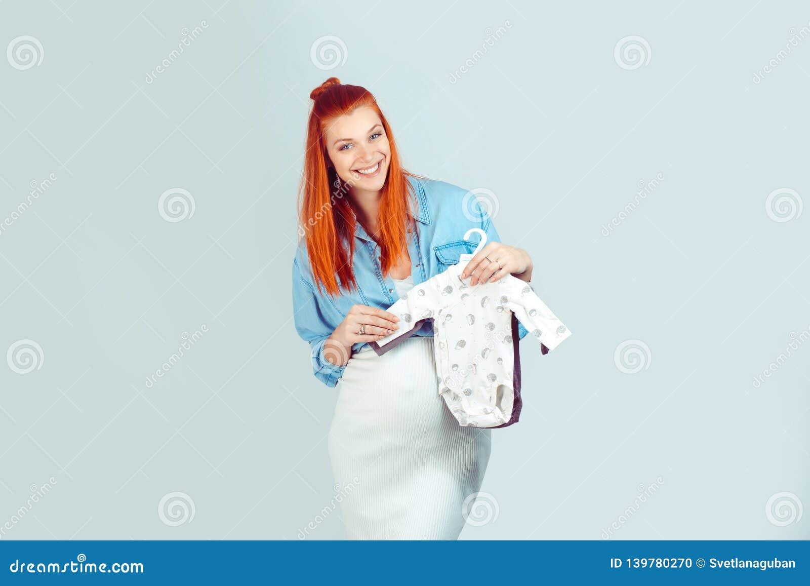 Γοητεία της μελλοντικής μητέρας με τον ιματισμό μωρών
