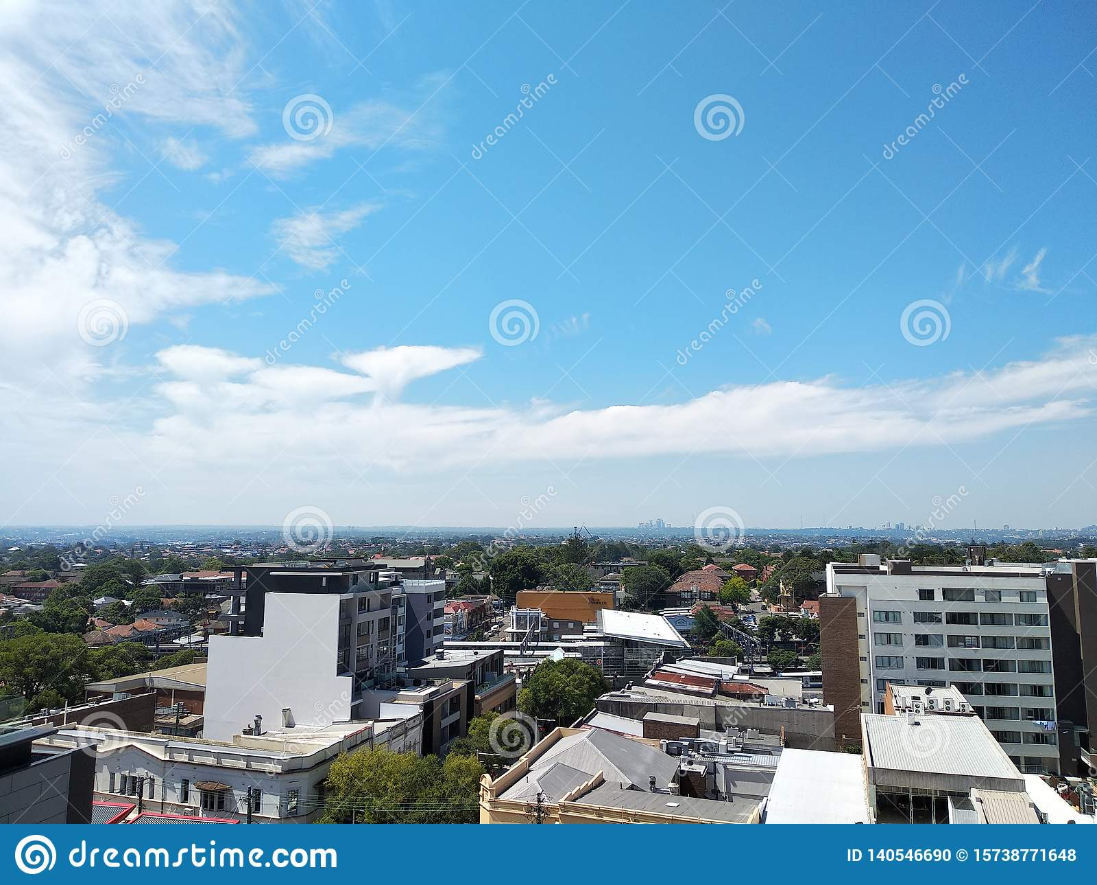 Γραμμή τοπίου πόλεων κάτω από το μπλε ουρανό και τα άσπρα σύννεφα