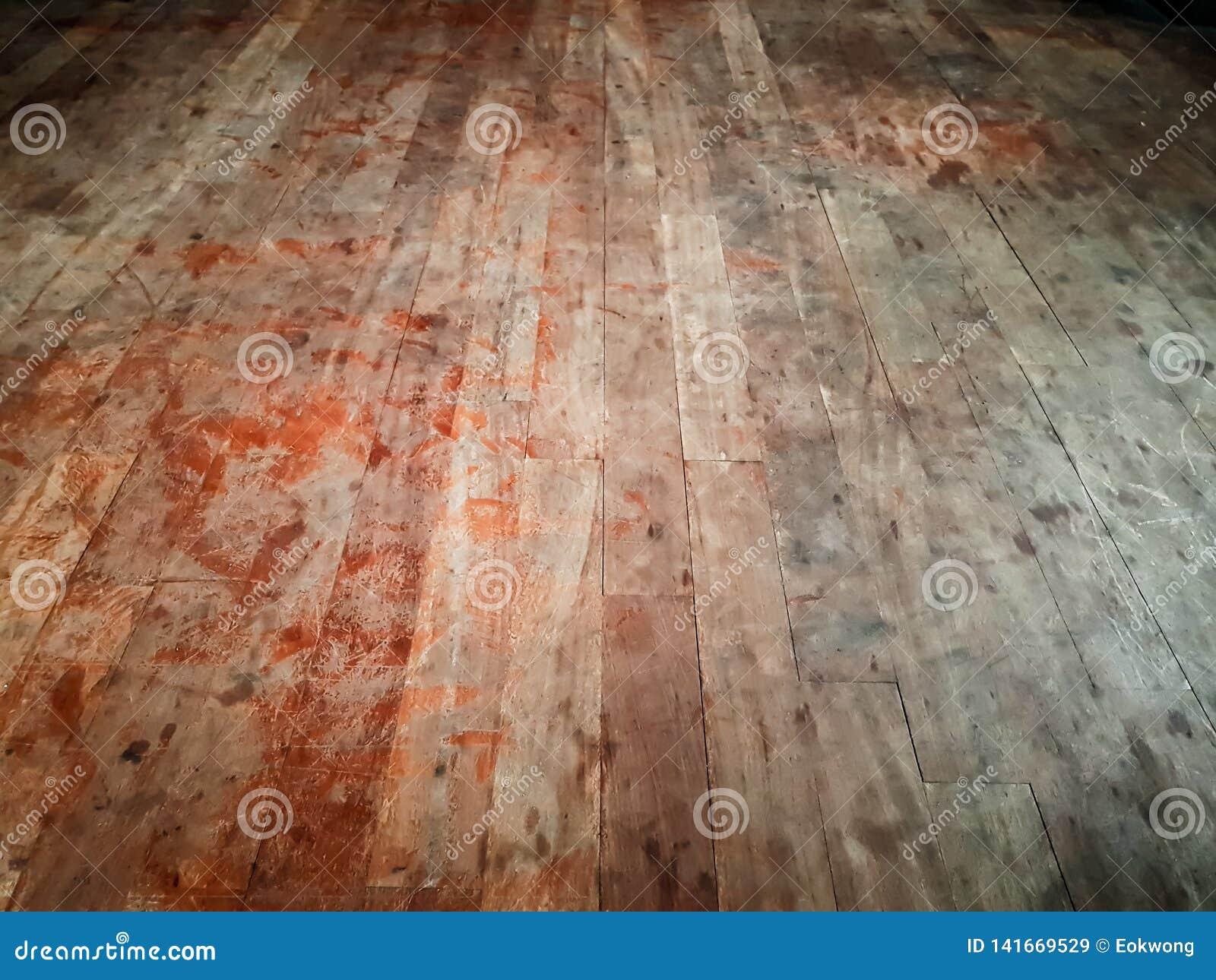 Γρατζουνισμένο βρώμικο πάτωμα σκληρού ξύλου, που παρουσιάζει κόκκινους λεκέδες που μοιάζουν με το αίμα - εγκαταλειμμένο σπίτι, τρ