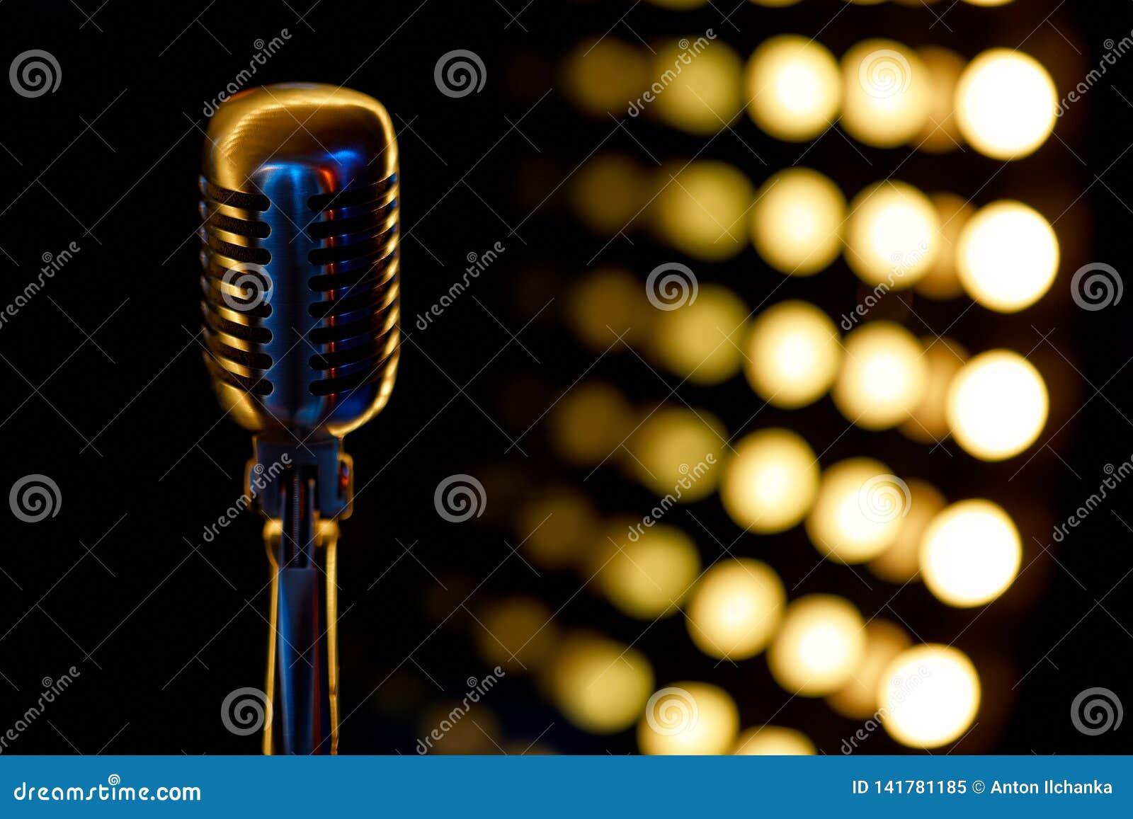 Εκλεκτής ποιότητας μικρόφωνο με το υπόβαθρο χρώματος στο νυχτερινό κέντρο διασκέδασης