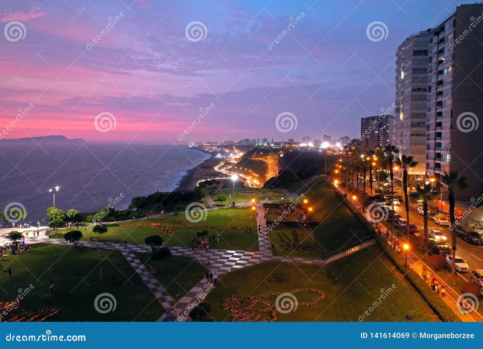 Εναέρια άποψη του πάρκου της Μαρίας Reiche στο ηλιοβασίλεμα με φυσικό seascape