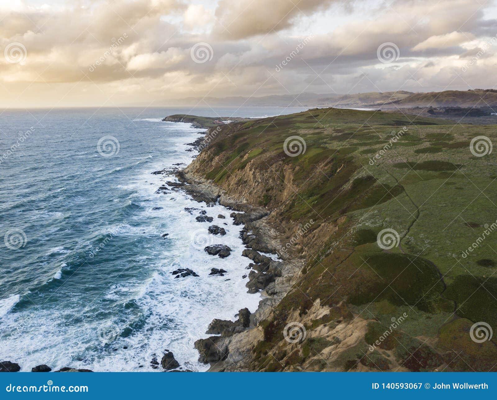 Εναέρια άποψη των κυμάτων που συντρίβουν κατά μήκος της δύσκολης ακτής Καλιφόρνιας κοντά στο Σαν Φρανσίσκο