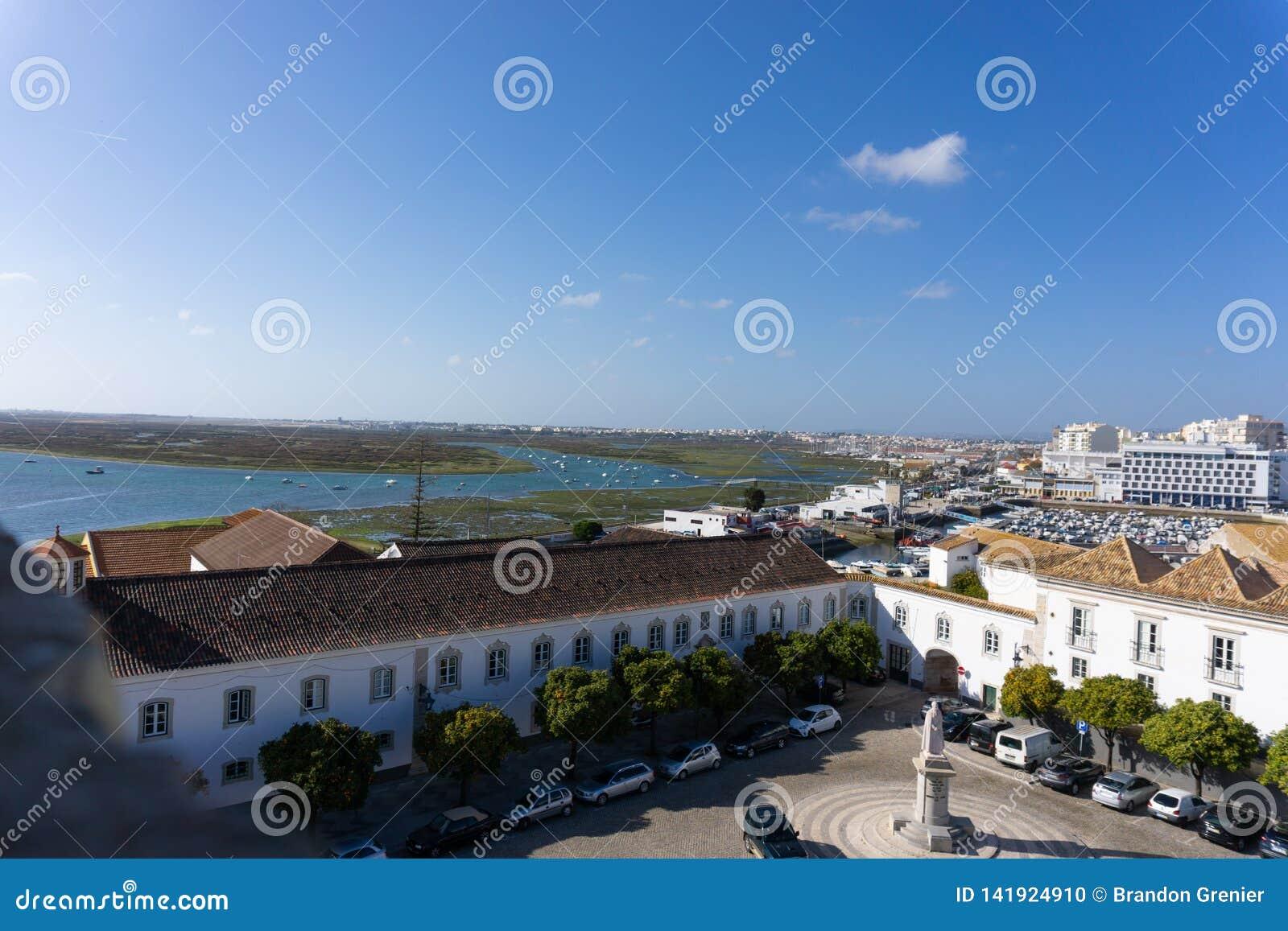 Εξετάζοντας κάτω Faro, τη λιμνοθάλασσα της Πορτογαλίας και την πόλη
