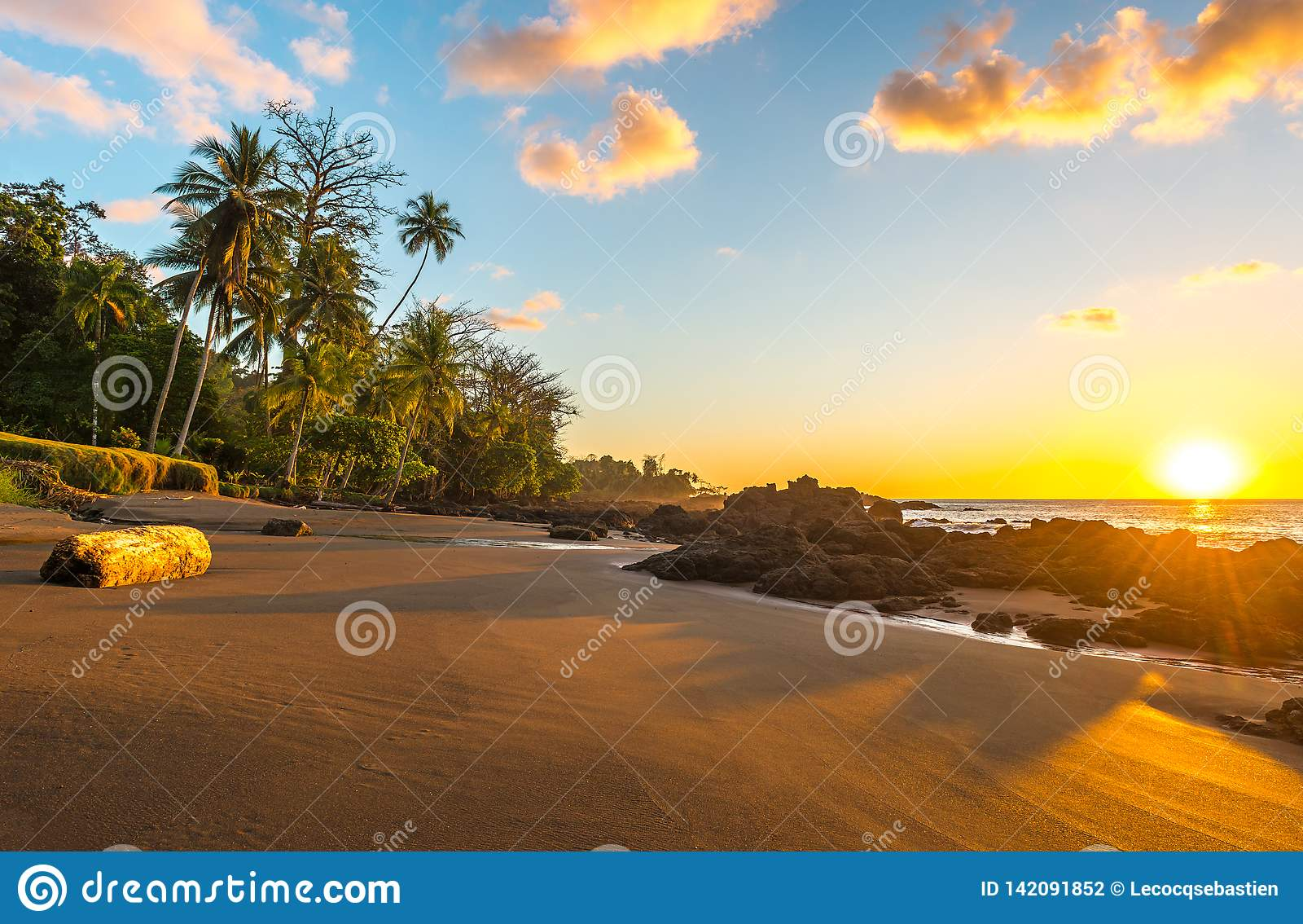 Εξωτικό ηλιοβασίλεμα στο εθνικό πάρκο Corcovado, Κόστα Ρίκα