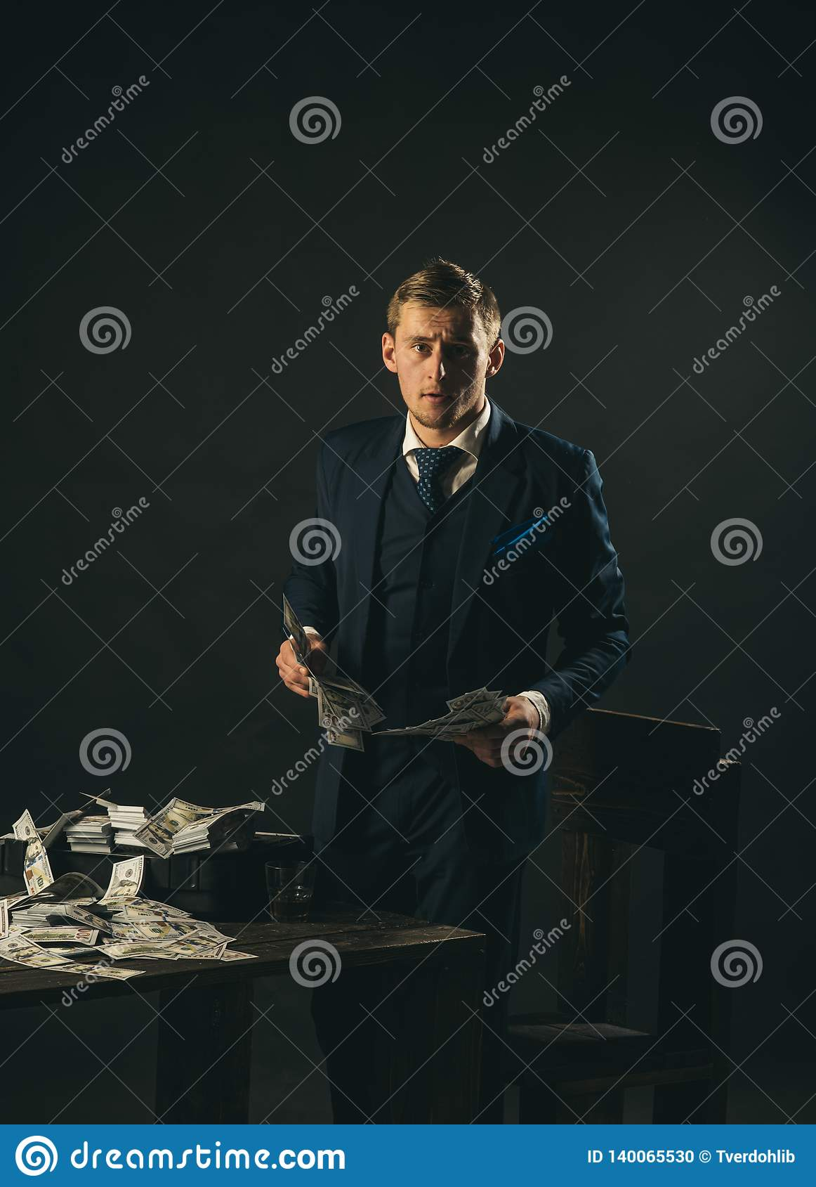 Εργασία επιχειρηματιών στο γραφείο λογιστών Άτομο στο κοστούμι μαφία making money εννοιολογικό wellness χρημάτων εικόνας χρηματοδ