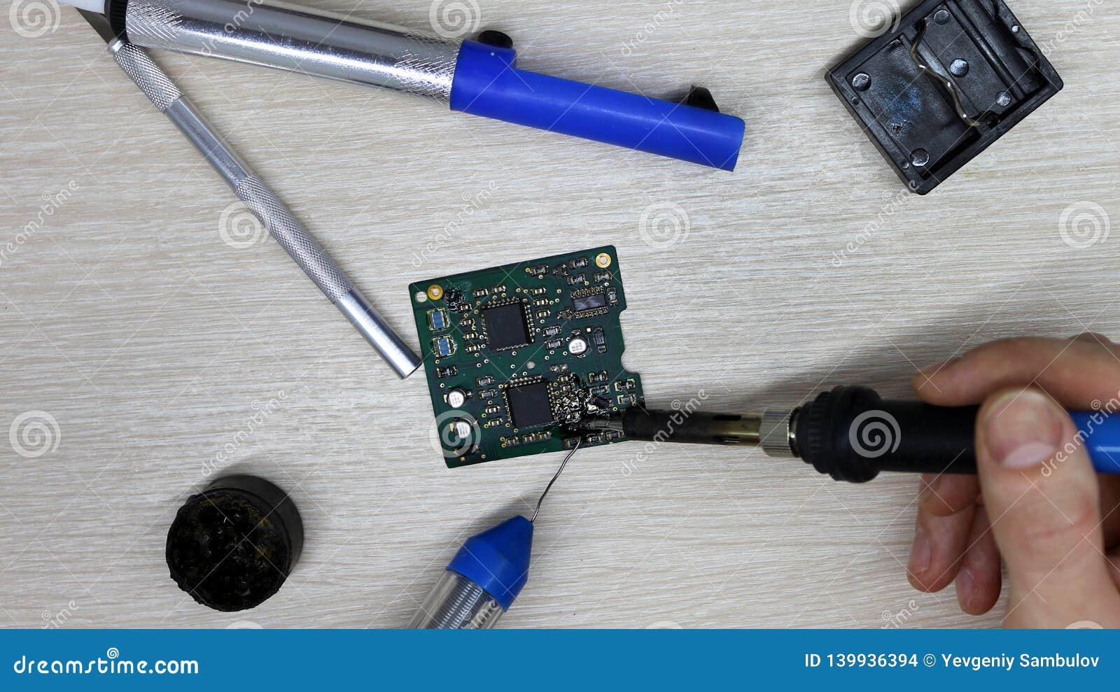 Εργαστήριο στην επισκευή των οικιακών συσκευών, της ηλεκτρονικής και των επεξεργαστών συγκολλώντας συγκολλώντας σίδηρος πινάκων,
