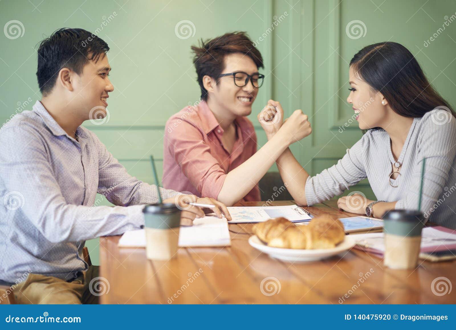 Εύθυμοι ευτυχείς συνάδελφοι στο διάλειμμα