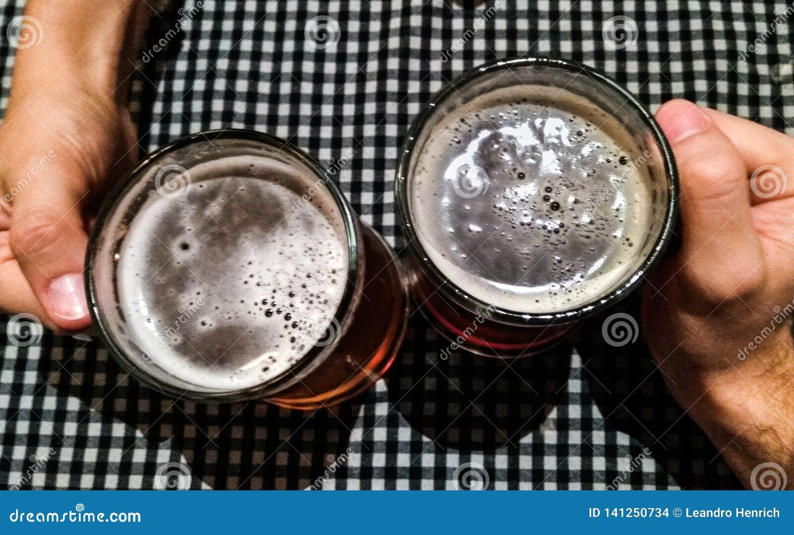 Ευθυμίες: ένα ζεύγος δίνει τον εορτασμό με τις μπύρες
