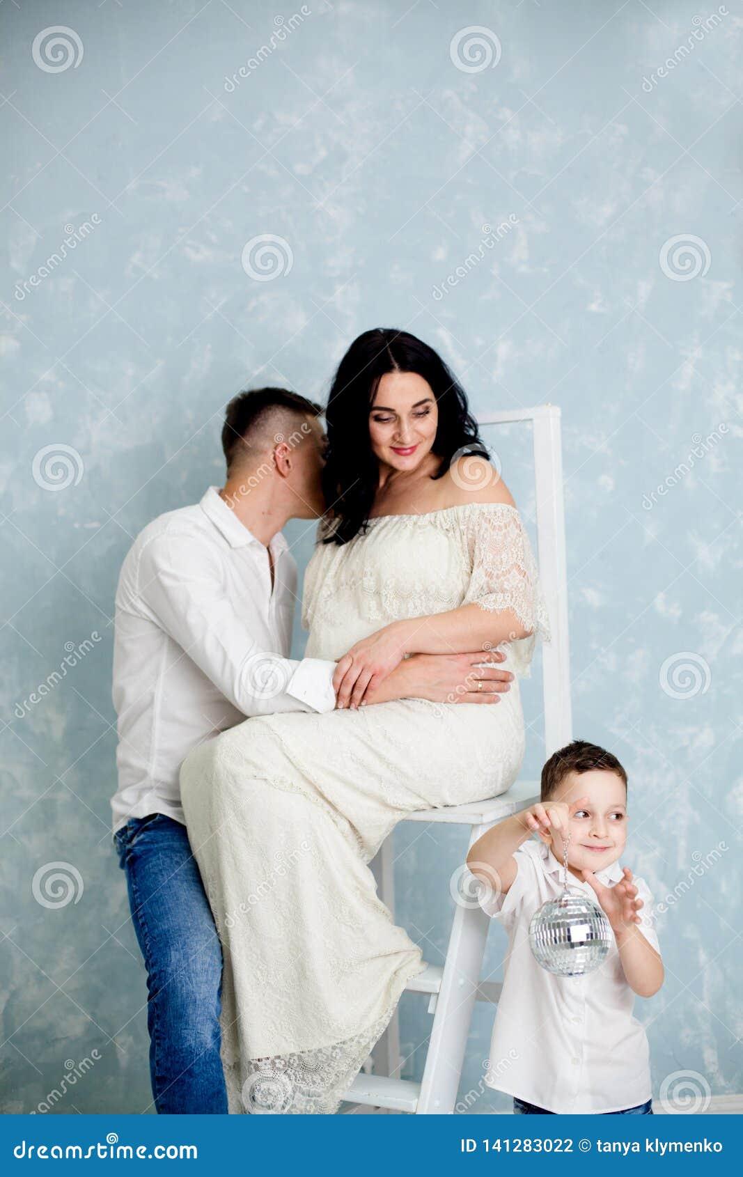 Ευτυχές ζεύγος με την τοποθέτηση εγκύων γυναικών και παιδιών στο στούντιο