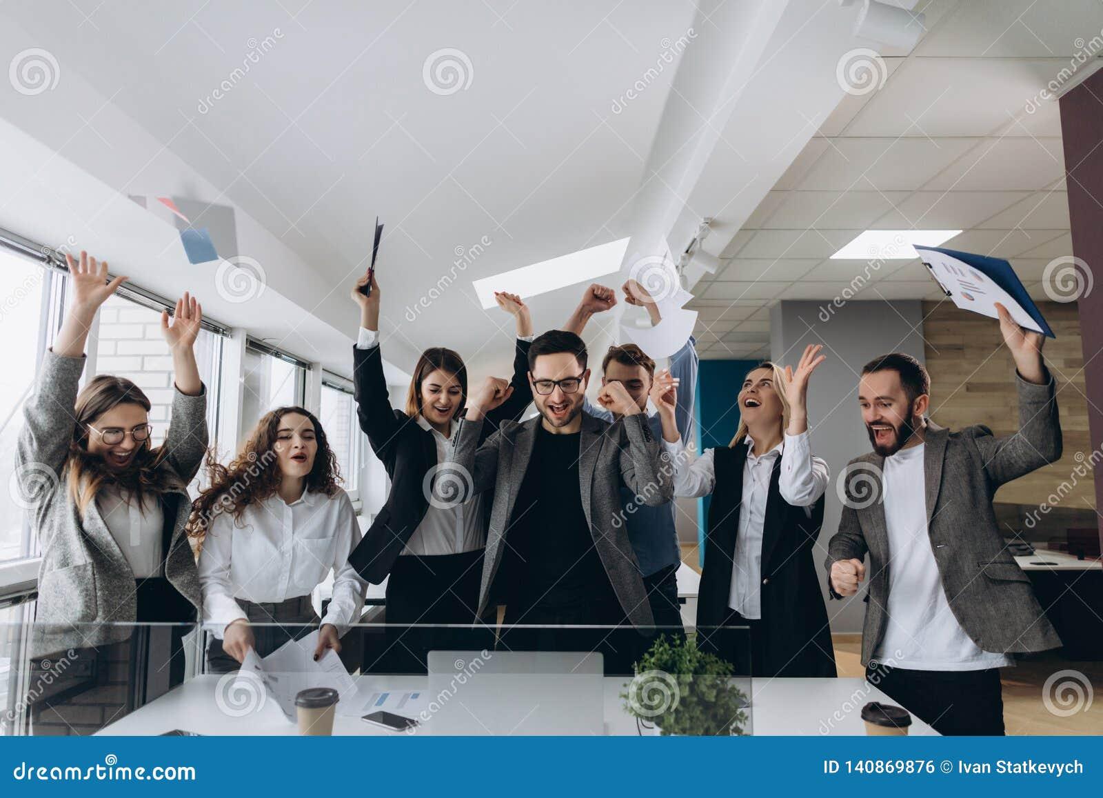 Ευτυχής νίκη εορτασμού ομάδων επιτυχίας και επιχειρήσεων έννοιας νίκης στην αρχή