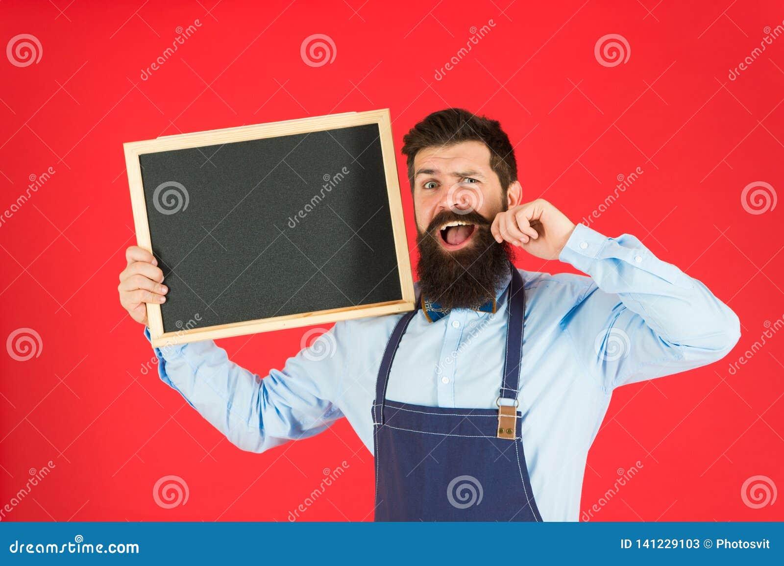 Ευτυχής φραγμός ωρών Γενειοφόρος bartender ή μάγειρας ατόμων στον κενό πίνακα κιμωλίας λαβής ποδιών Έννοια τιμοκαταλόγων Bartende