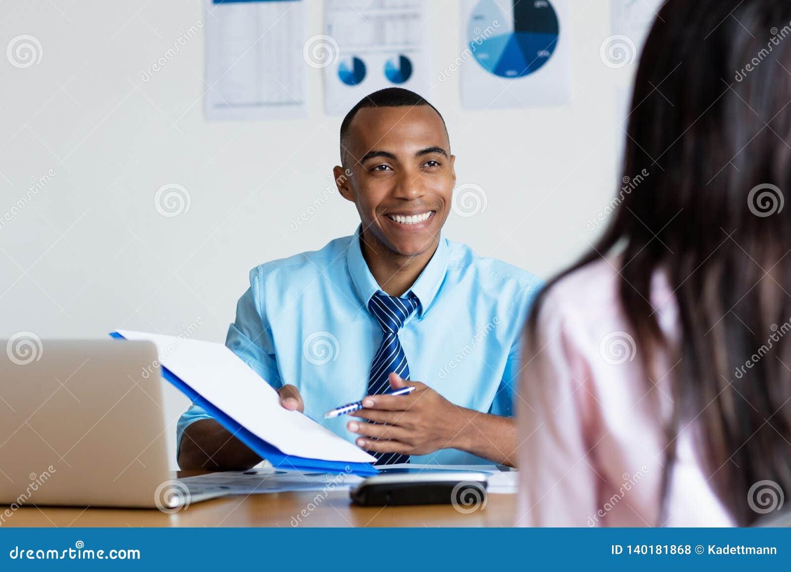 Επιχειρηματίας αφροαμερικάνων που παρουσιάζει την επαφή για τη νέα θέση