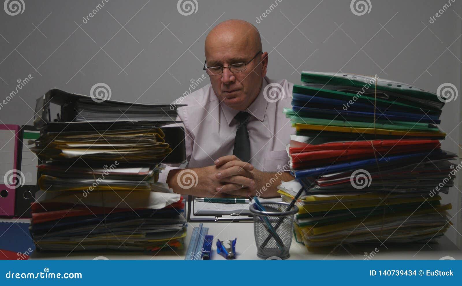 Επιχειρηματίας στο δωμάτιο αρχείων που κουράζεται και που πιέζεται Person Studying Company αρχεία