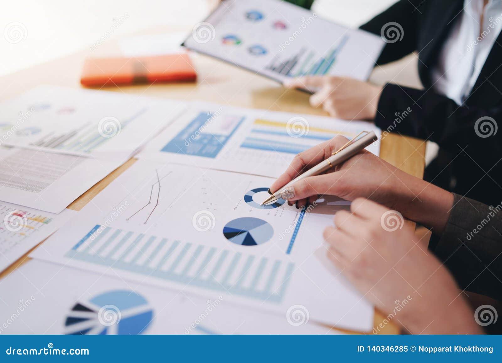 Επιχειρηματίας που δείχνει τη μάνδρα στο επιχειρησιακό έγγραφο στην αίθουσα συνεδριάσεων Διαγράμματα και γραφικές παραστάσεις στο
