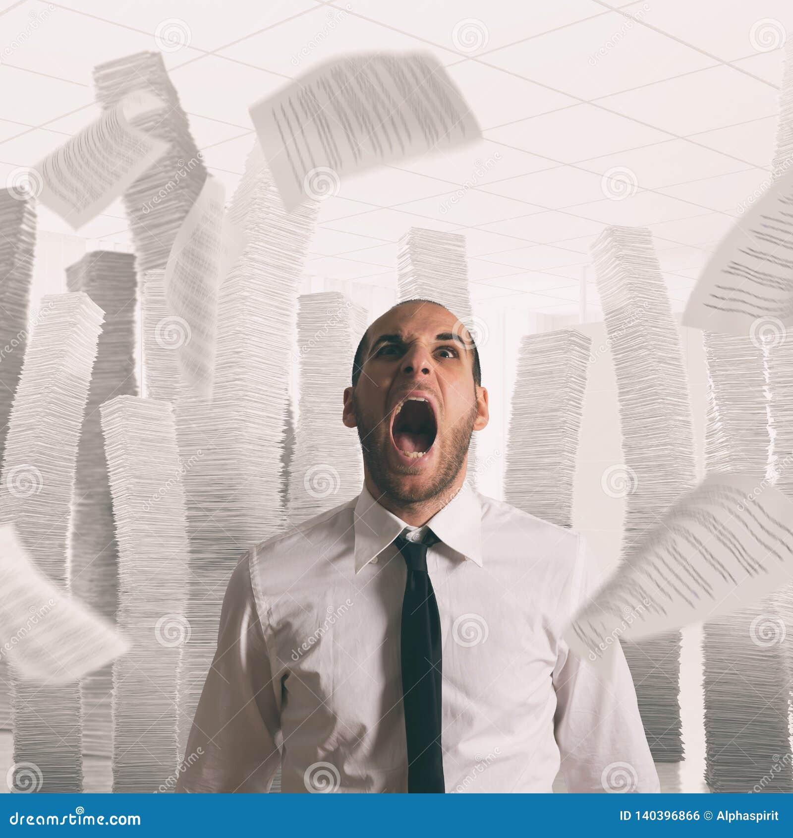 Επιχειρηματίας που τονίζονται και καταπονημένη κραυγή στην αρχή με τα πετώντας φύλλα εγγράφου