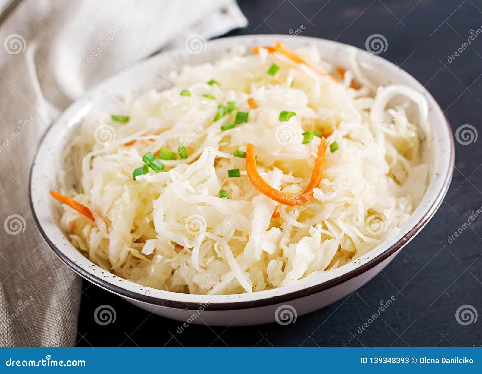 Ζυμωνομμένο λάχανο Τρόφιμα Vegan Sauerkraut με το καρότο και τα καρυκεύματα