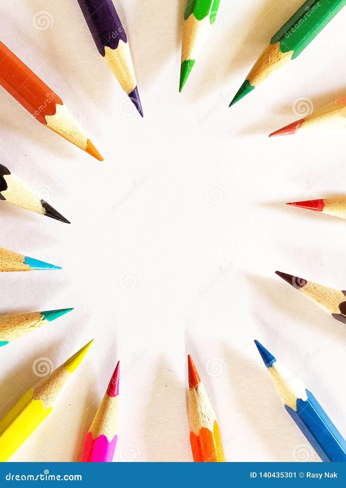 Ζωηρόχρωμα μολύβια με τις διαφορετικές κατευθύνσεις