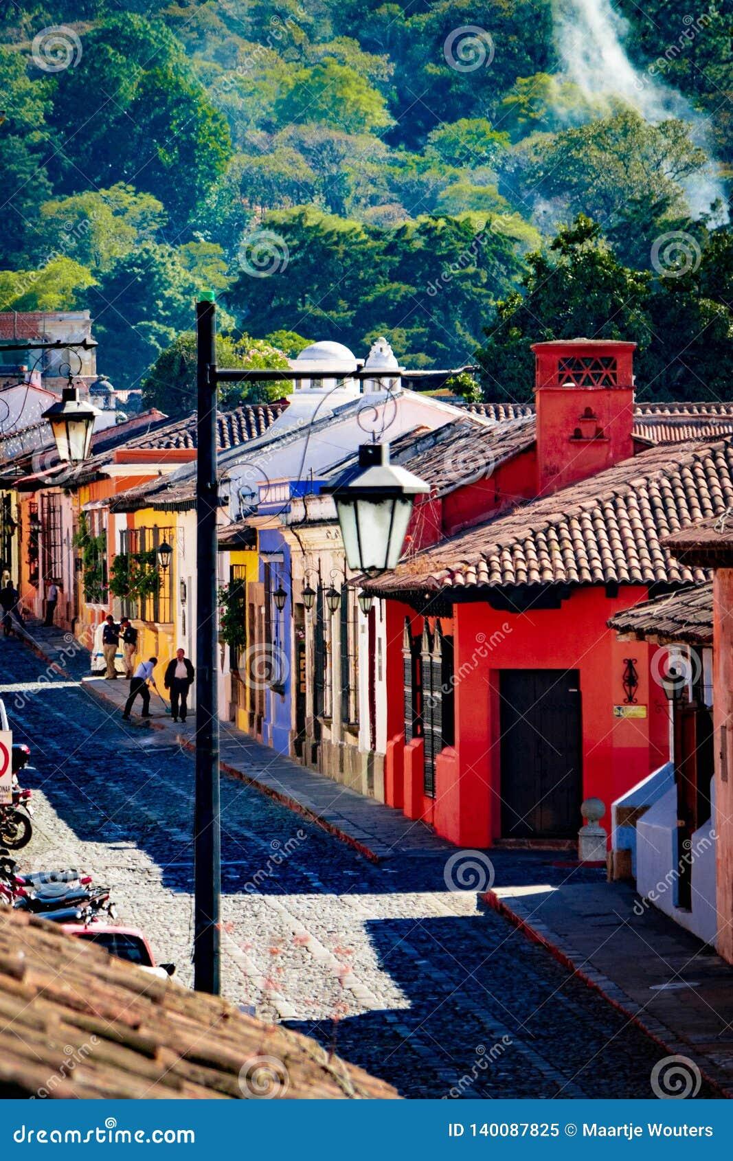 Ζωηρόχρωμα σπίτια στην παλαιά οδό στη Αντίγκουα, Γουατεμάλα