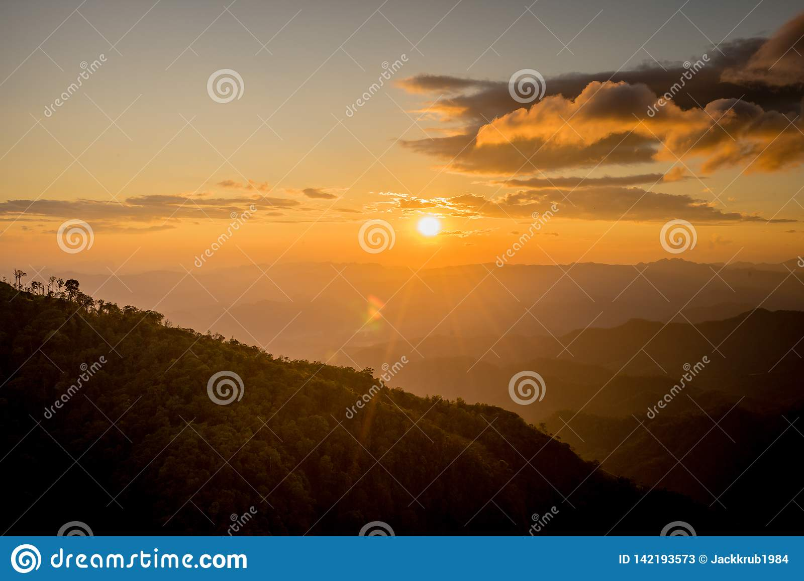 Ηλιοβασίλεμα πίσω από το βουνό σε Doi Thule, Tak, Ταϊλάνδη