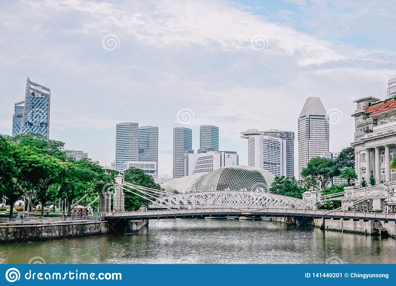 Η γέφυρα Cavenagh που εκτείνεται το χαμηλότερο φθάνει του ποταμού της Σιγκαπούρης στην κεντρική περιοχή της Σιγκαπούρης στις 22 Ν