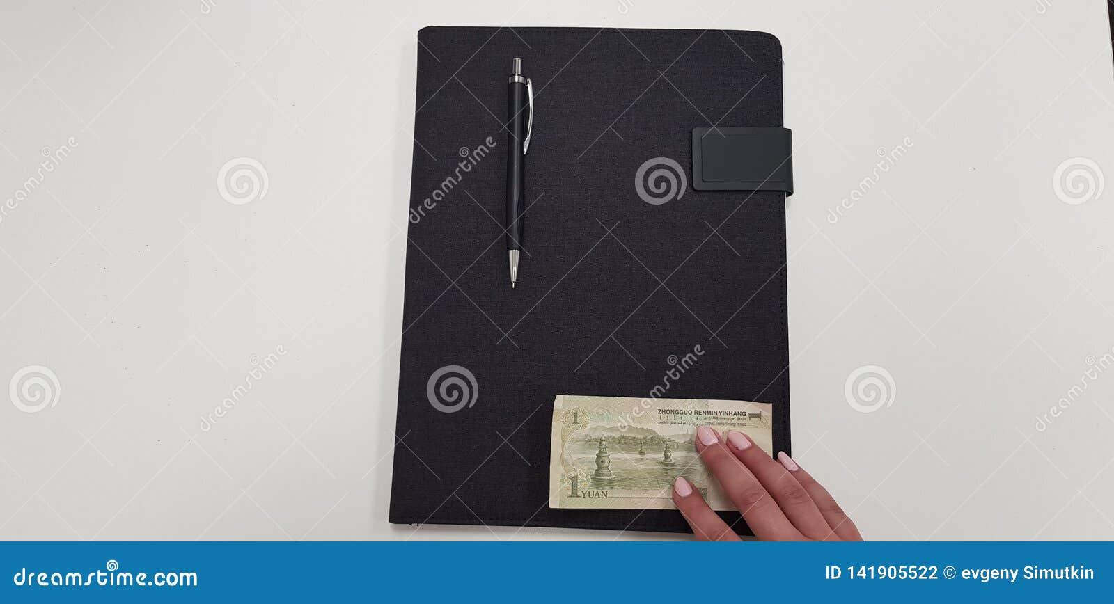 Η γυναίκα κρατά τα δάχτυλα σε ένα τραπεζογραμμάτιο yinhang
