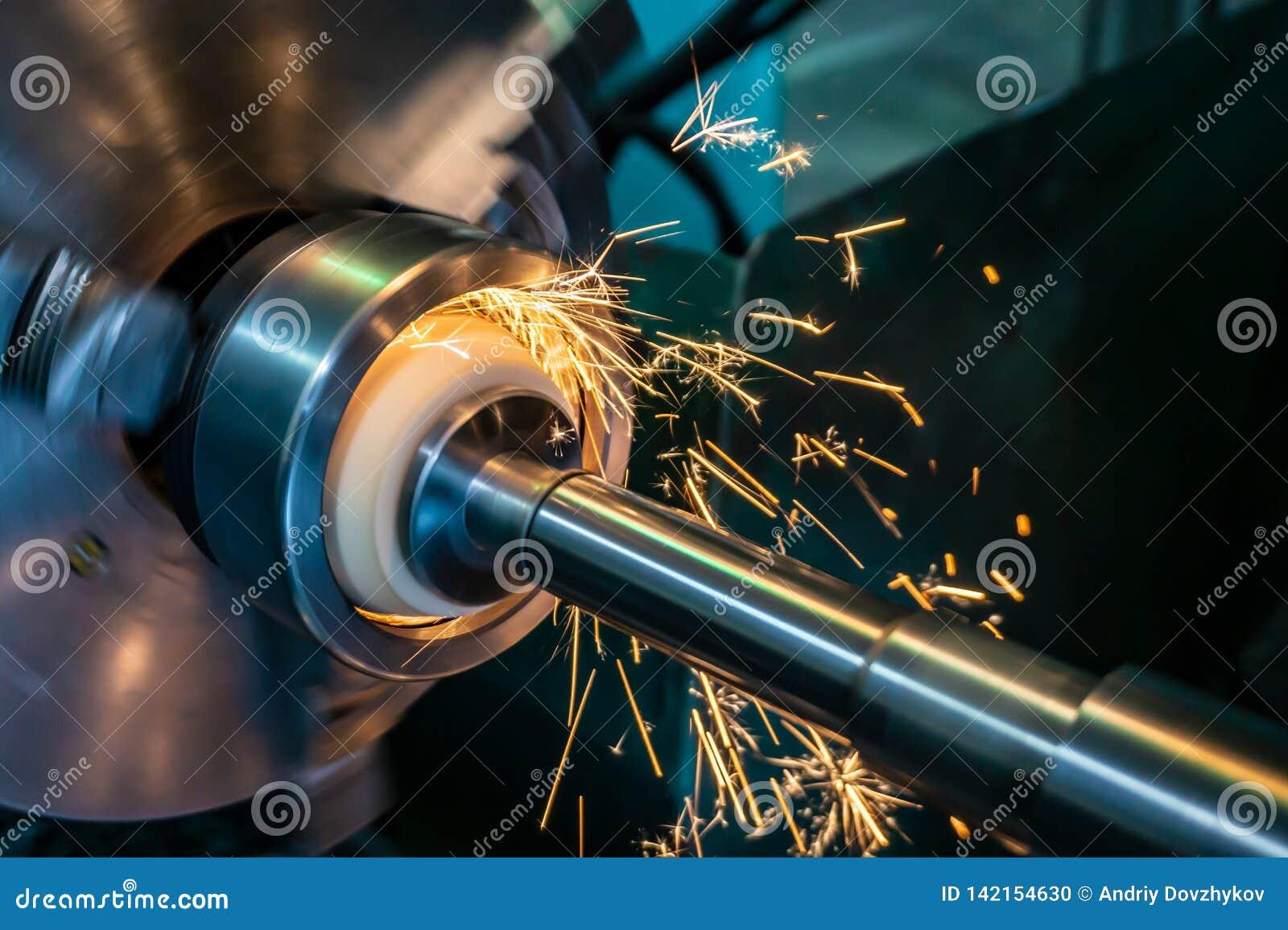 Η εσωτερική επεξεργασία της τρύπας με μια λειαντική πέτρα σε μια αλέθοντας μηχανή, σπινθήρες πετά στις διαφορετικές κατευθύνσεις