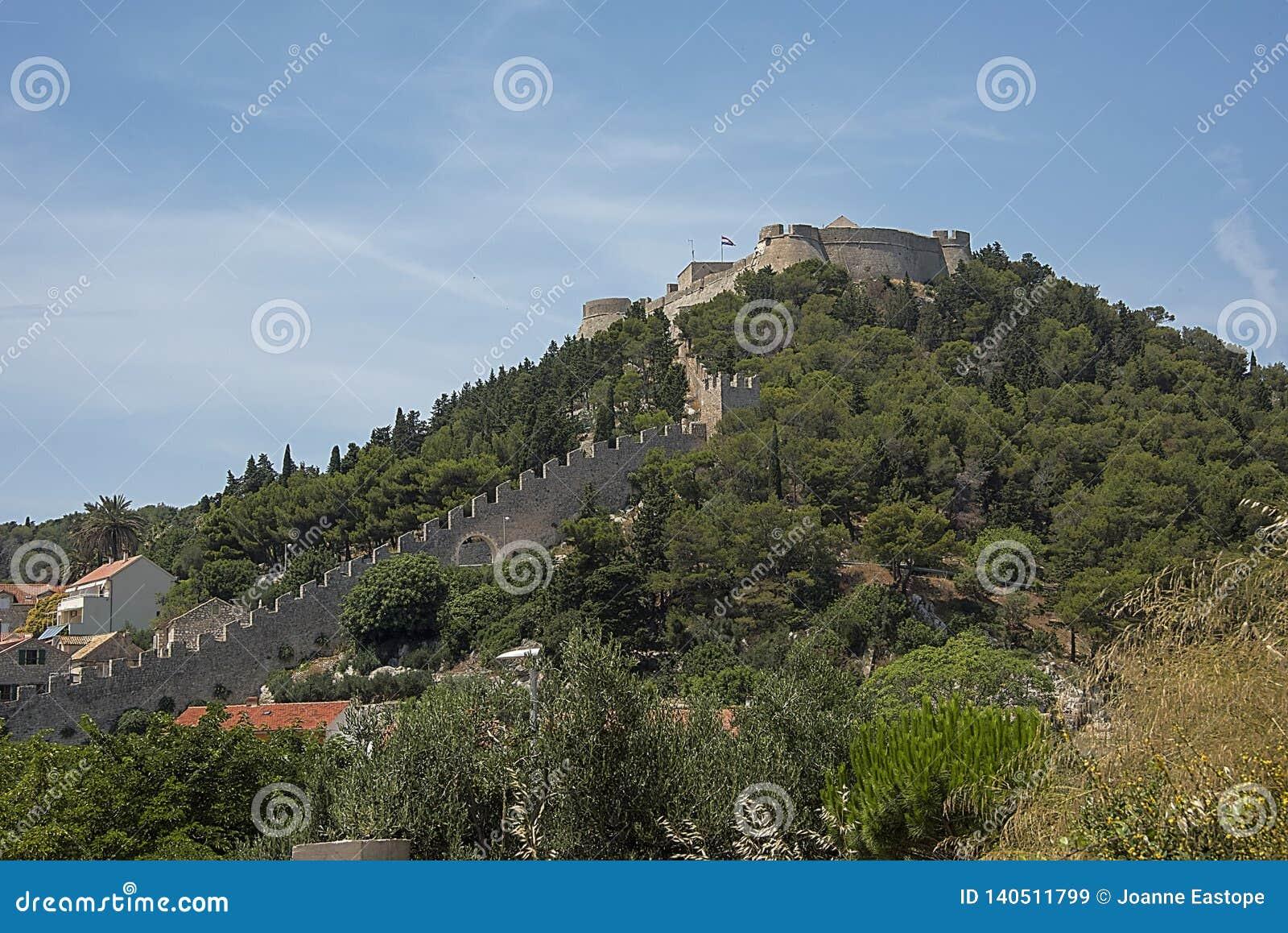 Η ισπανική συνεδρίαση φρουρίων στο λόφο επάνω από την παλαιά πόλη, που κατασκευάζεται μετά από την έκρηξη πυρίτιδας που το 1579